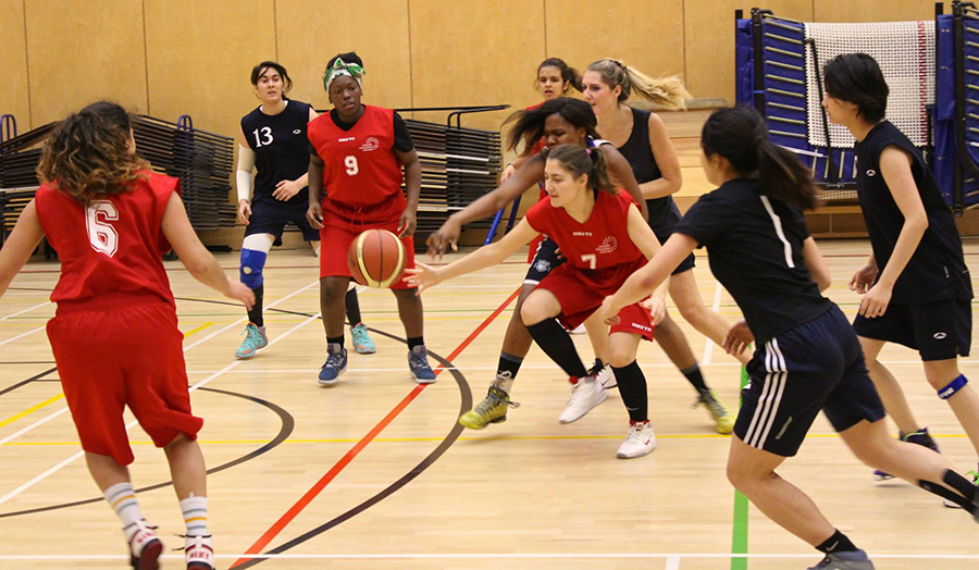 The Students' Union's female basketball team playing